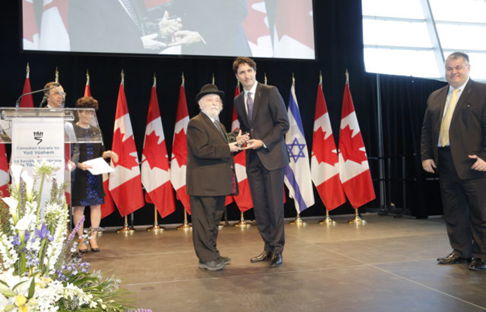 Justin Trudeau presents award to Cantor Kraus.