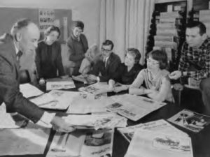 Journalism program founder Wilfrid Eggleston discusses newspapers with a group of Carleton students in 1958.